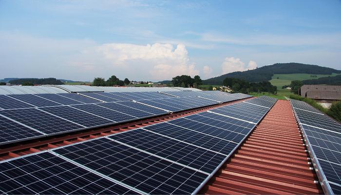 Instalación paneles fotovoltaicos en tejado de nave industrial